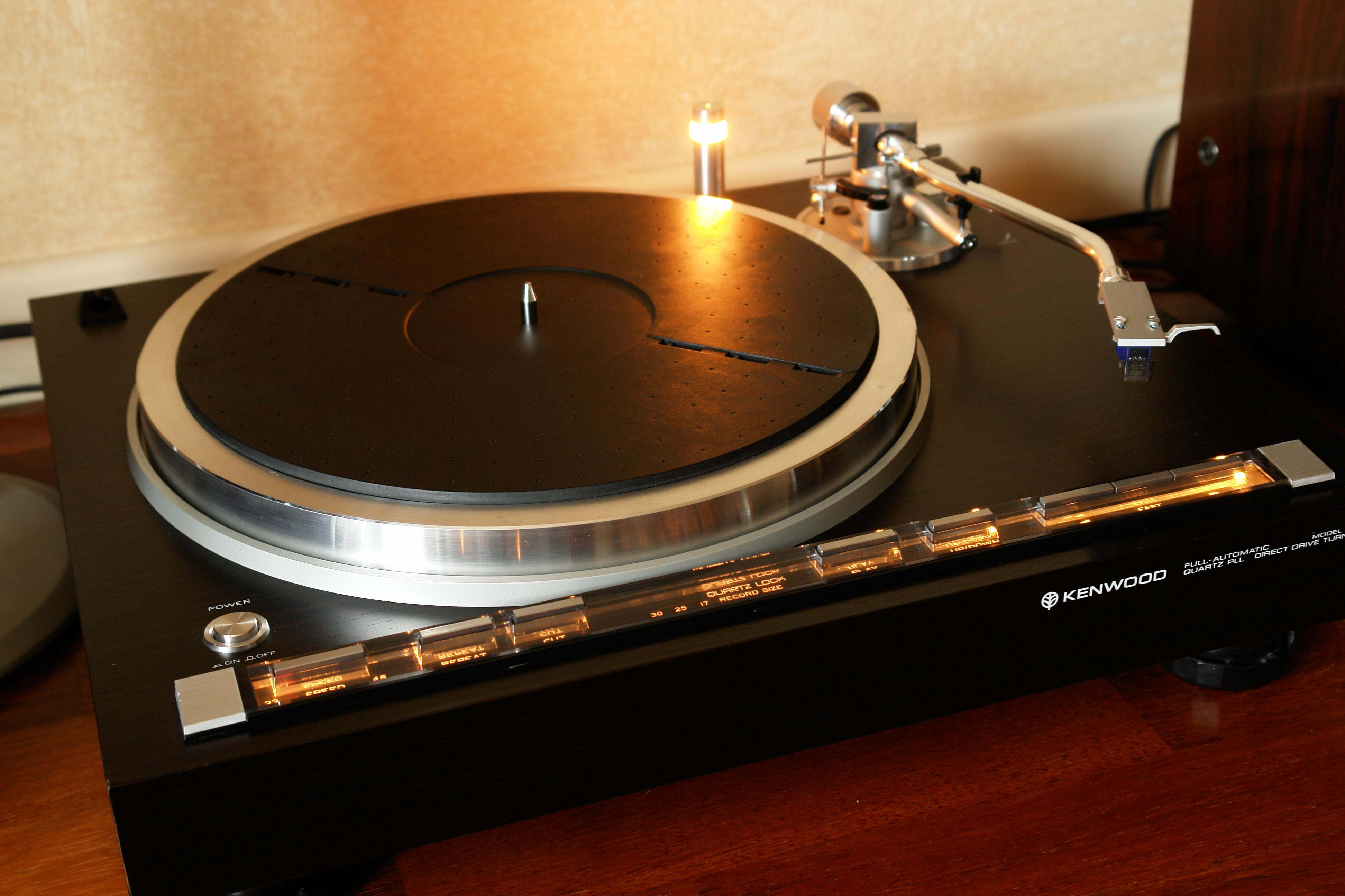 Gramofon firmy Kenwood. Po odnowieniu wygląda jak nowy  (fot. Nomos)