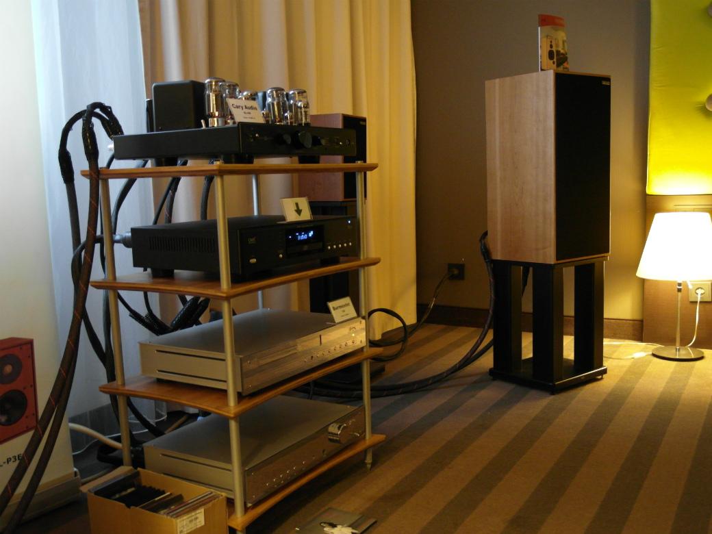 Świetnie grający system z Harbethami i elektroniką Cary  (fot. wstereo.pl)