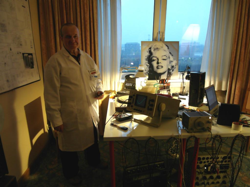 """""""Lekarze"""" sprzętu. Nomos miał świetni, bezpretensjonalny sposób na promocję - swoich serwisantów przebrał w lekarskie fartuchy (fot. wstereo.pl)"""