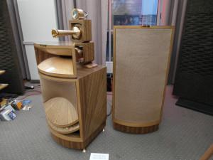 Tak to wygląda z bliska: tubowe głośniki wysoko i średniotonowe i osobna obudowa na bas  (fot. wstereo.pl)