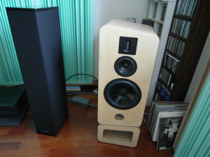Definitive Technology BP 10B obok wielkich monitorów Avcon  (fot. wstereo.pl)