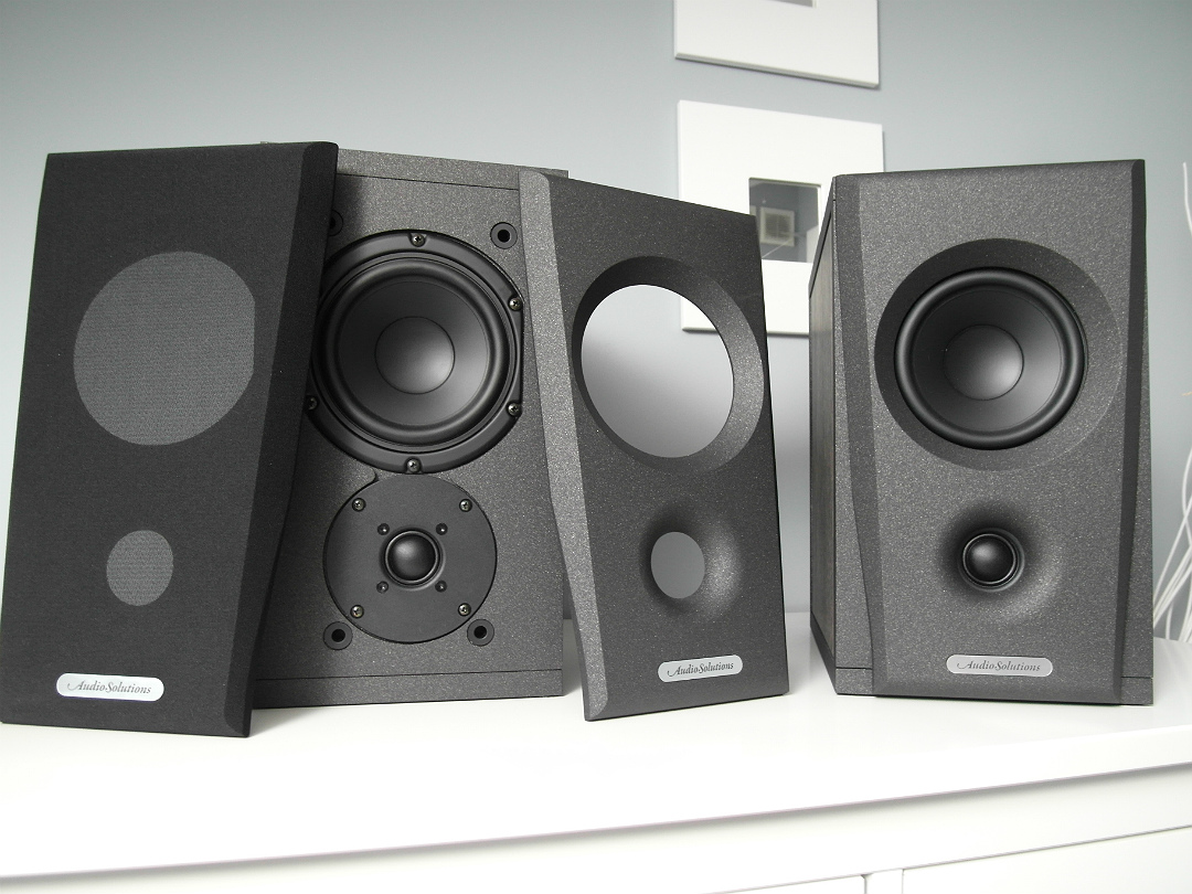 Audio Solutions Overture O202B z całym zestawem maskownic (fot. wstereo.pl)