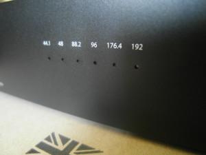 O częstotliwości próbkowania informują zapalające się małe diody