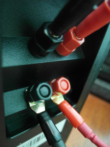 Terminale głośnikowe przystosowane do bi-wiringu, przeciętnej jakości