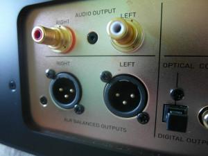 Wyjścia analogowe. RCA obsługują bufor lampowy