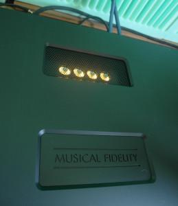 Podświetlenie lamp. Czerwone - lampy się grzeją. Żółte - są gotowe do pracy...