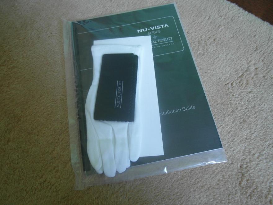 Instrukcja i białe bawełniane rękawiczki