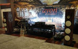 Pokaz elektroniki Ayona z półaktywnymi kolumni Lumen White zasilanymi z lampowych monobloków i wzmacniaczy impulsowych