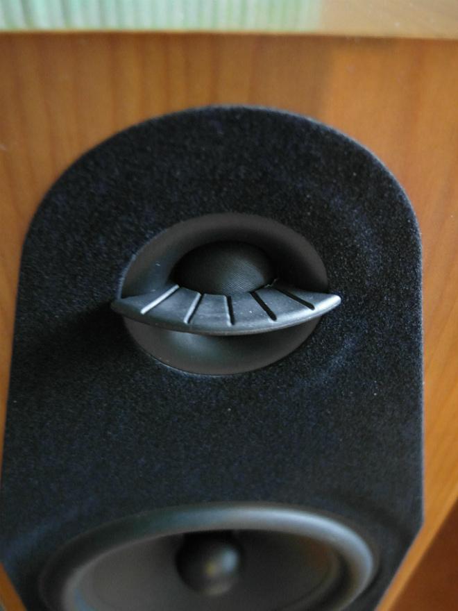Dyfuzor przy głośniku wysokotonowym i cienki filc naokoło obu przetworników
