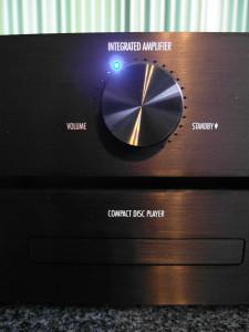 Potencjometr głośności pełni też funkcję stand by