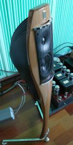 Monitory są smukłe i zwiewne. Lekkości nadaje im zrobiona z jednego kawałka drewna stopa i ścianka przednia (fot. wstereo.pl)