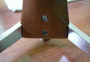 Podstawę przykręca się do kolumny łatwo, za pomocą dwóch śrub