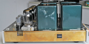 Zielonego koloru puszek transformatorów nie sposób pomylić z innym wzmacniaczem