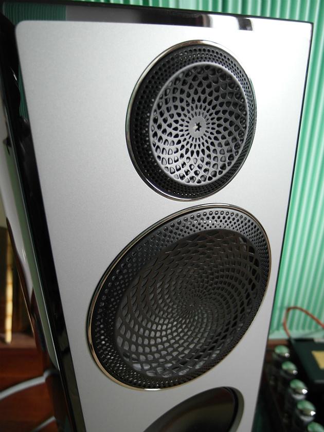 Górę i średnicę przetwarzają głośniki berylowe