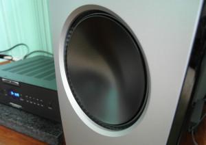 Bas podają trzy głośniki z aluminiowymi membranami
