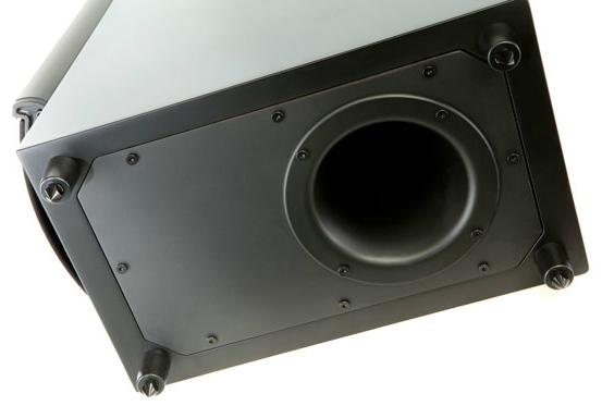 Bas wspomagany jest portem bas-refleks skierowanym w dół