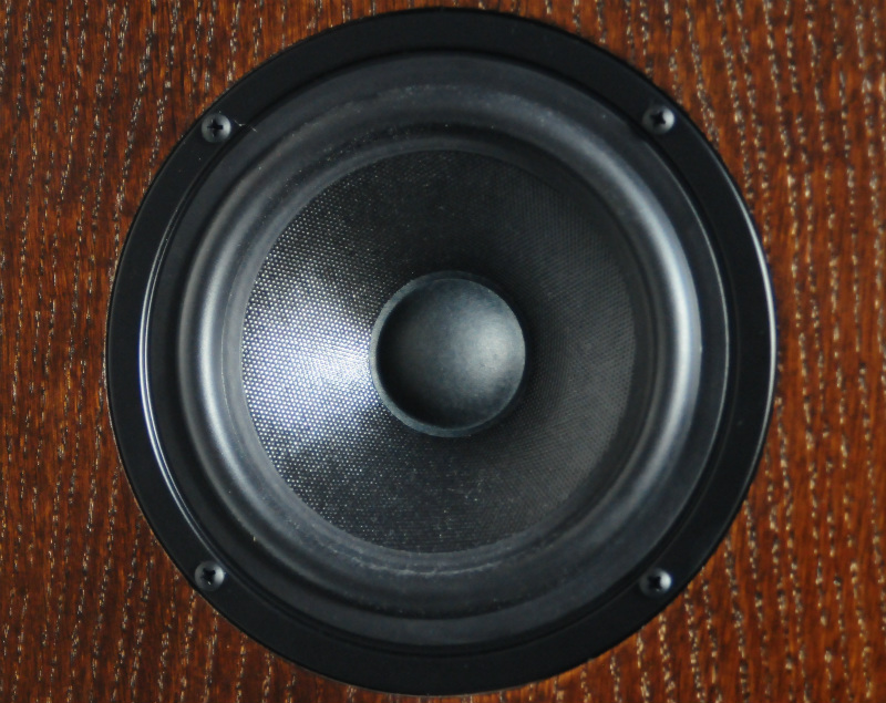 Głośniki niskośredniotonowe są robione na zamówienie firmy Rebel