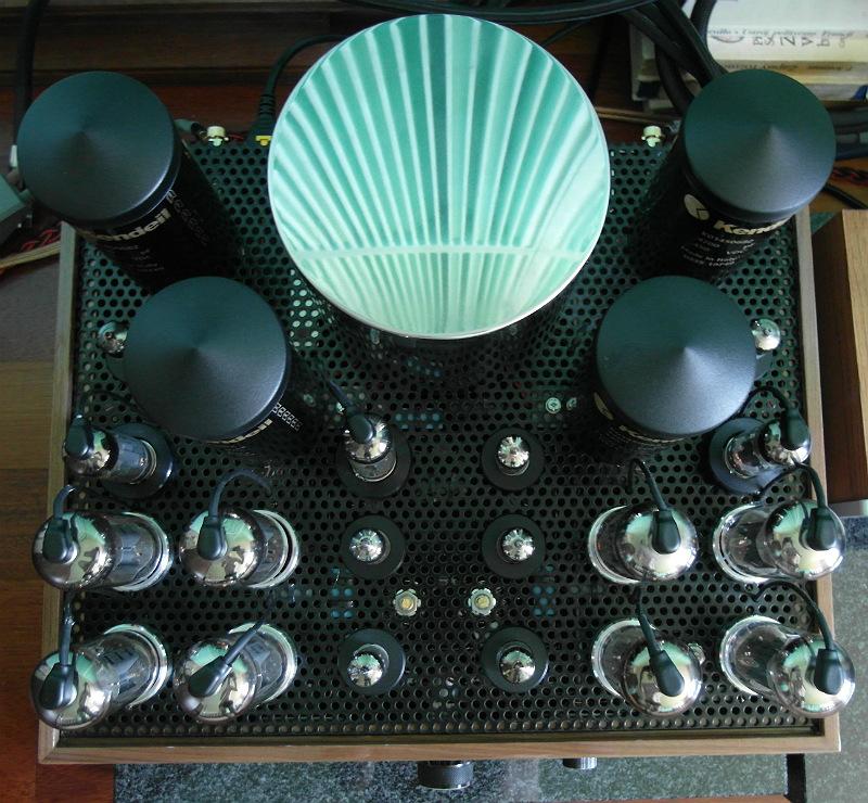 Test Sky Audio Integra. Wzmacniacz widziany z góry