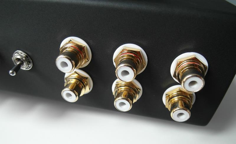 Trzy wejścia RCA - w wersji testowej jeszcze nieopisane. Po lewej - przełącznik