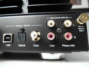 Wejścia cyfrowe są aż trzy, analogowe - jedno. Jest też wejście gramofonowe