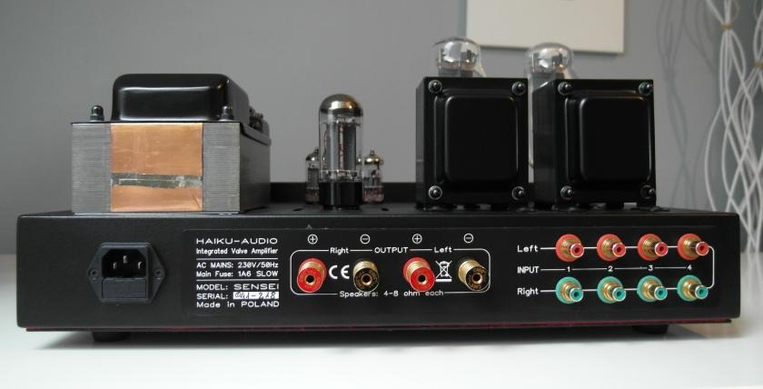 Haiku Audio SEnsei 300B i 211 - test. Z tyłu krakowskich wzmacniacz jak zwykle kolorowo. Czerwony - kanał lewy, zielony - prawy (fot. wstereo.pl)