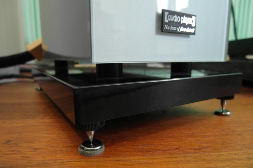 Audio Physic Classic 25 - test. Skrzynki posadowione na cokole. Bas refleks skierowany do dołu (fot. wstereo.pl)