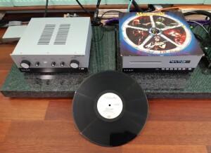 Leak Stereo 130 / LeakCDT - test. To naprawdę niewielkie klocki. Okładka płyty winylowej jest wielkości wierzchu obudowy (fot. wstereo.pl)