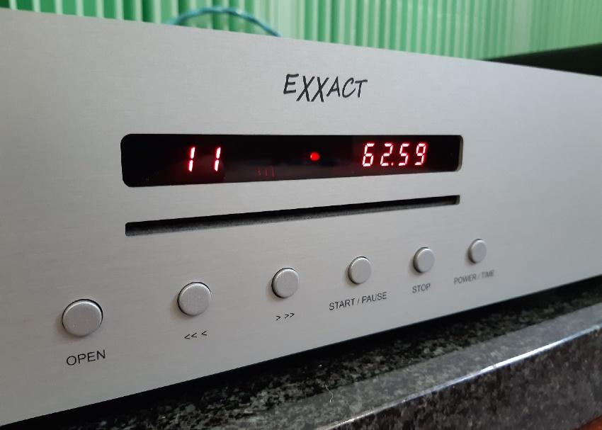Trigon Exxact - test. Odtwarzacz ma szczelinowe wejście do napędu, który działa sprawnie i cicho (fot. wstereo.pl)