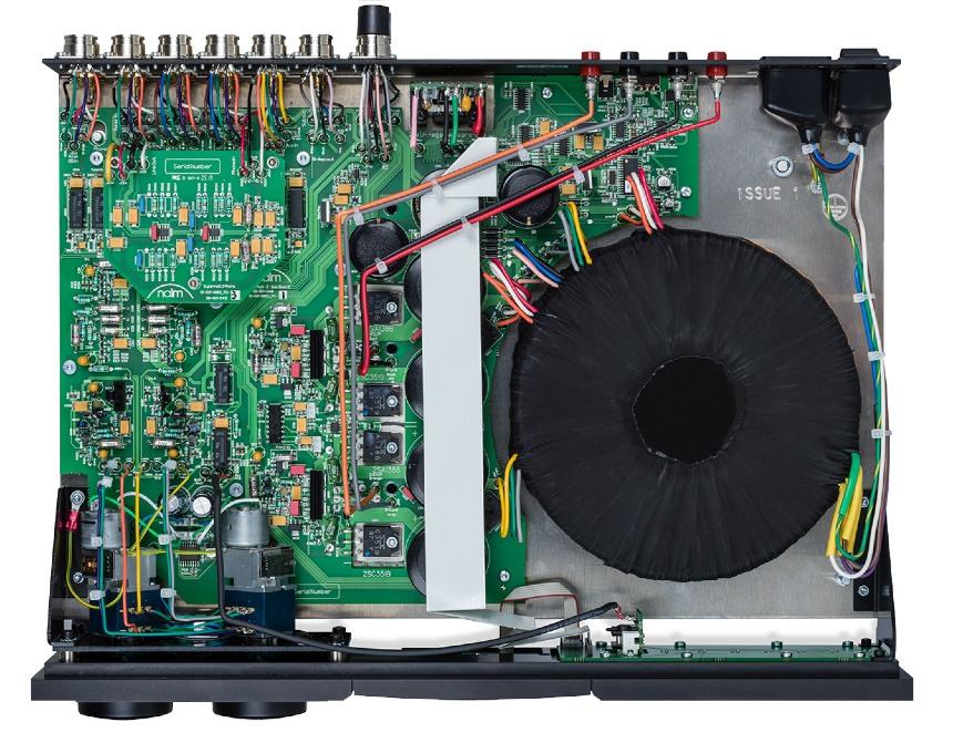 Naim Supernait 3- test. Wzmacniacz zwraca uwagę sporej wielkości transformator (fot. wstereo.pl)