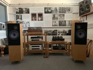 Sala odsłuchowa ze sprzętem audio (fot. Defibrylator)