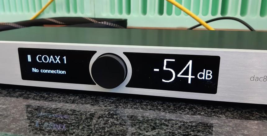 Okto Research dac8 Stereo - test. Duży, czytelny wyświetlacz (fot. wstereo.pl)