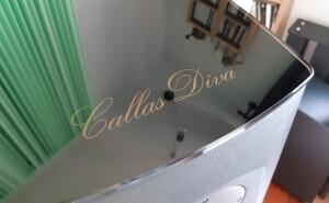 Opera Callas Diva - test. Szklana płyta na górnej ściance z nazwą modelu (fot. wstereo.pl)