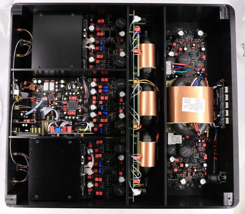 Audio GD R7 HR w środku. Budowa wewnętrzna jest naprawdę bardzo zaawansowana (fot. Audio GD)