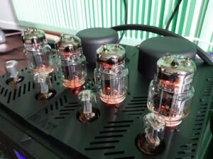 BAT VK 80i - test. Wzmacniacz ma widoczne tylko dwa transformatory wyjściowe. Trzeci znajduje się wewnątrz (fot. wstereo.pl)