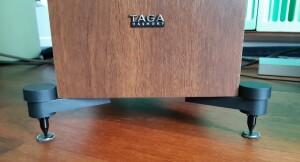 Taga Harmony TAV-607F - test. Kolumny stoją na solidnych kolcach (fot. wstereo.pl)
