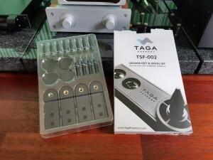 Taga Harmony TAV-607F - test. W komplecie stopki, kolce i nakrętki kontrujące. W tej cenie to rzadkość (fot. wstereo.pl)