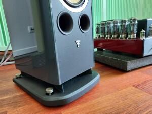 Focal Aria K2 936 - test. Są trzy porty bas refleks. Dwa z przodu i trzeci skierowany w dół. W komplecie masywna podstawa (fot. wstereo.pl)