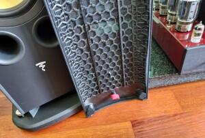 Focal Aria K2 936 - test.. Sprytny patent. Kluczyk do regulowania kolców możemy przypiąć do wewnętrznej strony maskownicy. Nie zgubi się (fot. wstereo.pl)
