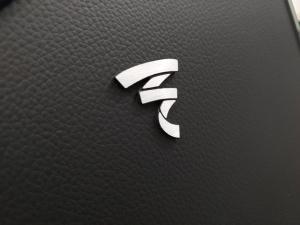 Focal Aria K2 936 - test. Logo Focala ma imitującej skórę okładzinie frontowej ścianki (fot. wstereo.pl)